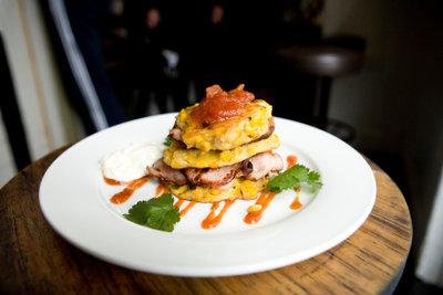 Ein Restaurantester genießt oft Delikatessen.