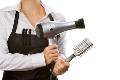 Die richtige Bürste hilft gegen elektrisierte Haare.