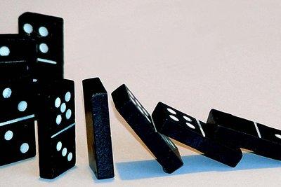 Bauen Sie mit Dominos eine Kettenreaktion.