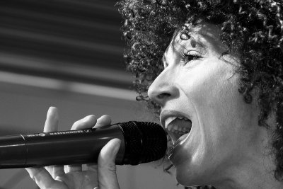 Gleichberechtigung in Frauenliedern und -gedichten fordern