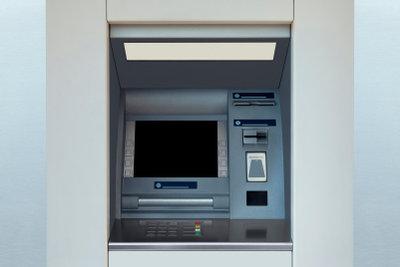 Eine Überweisung am Automaten tätigen.