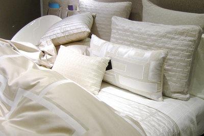 Polyester-Kissen richtig reinigen.