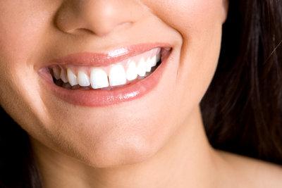 Mit einfachen Tricks werden Zähne weißer.