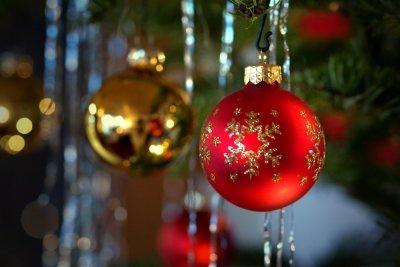 Unterm Weihnachtsbaum liegen heute Geschenke.