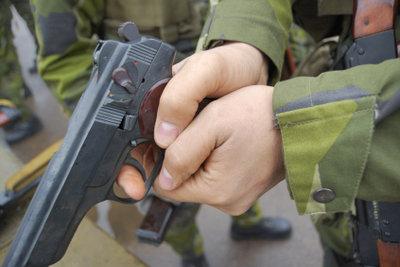 Zeitsoldaten haben Dienst an der Waffe.