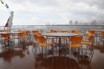 Bauen Sie zwei Tische für draußen.