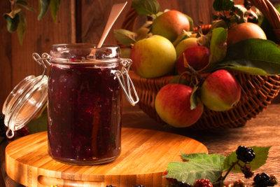 Konfitüre aus Früchten und Zucker