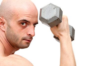 Mit Kurzhanteln kann man gezielt trainieren.