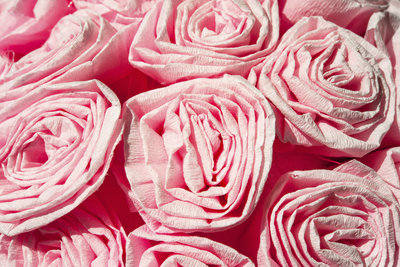 Rosen aus Krepppapier sehen täuschend echt aus.