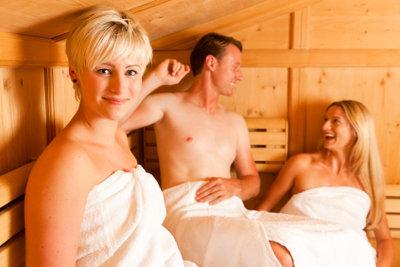 Auch Frauen entspannen in der Sauna.