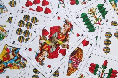 Für Zaubertricks eignen sich Spielkarten.