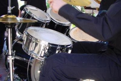 Spielen Sie Bongos statt Schlagzeug.