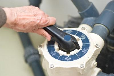 Eine Pumpe hält Rohrsysteme frei.