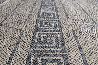 Bauen Sie ein Mosaik aus Steinen.