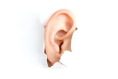Ohrenschmalz entfernen durch eine Ohrspülung.