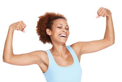 Die Arme kann man ohne Geräte trainieren.