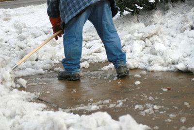 Hinterlässt garantiert Schneeflecken: das Schneeschieben.