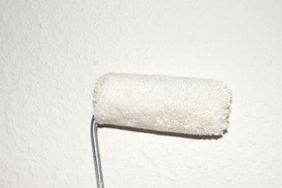 Entfernen Sie Flecken von den Wänden.