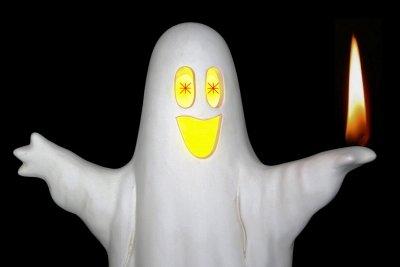 Weiße Gespenster leuchten im Dunkeln.