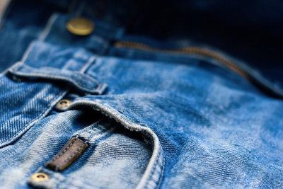 Stylen Sie Ihre Jeans selbst um.