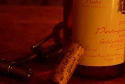 Etiketten von Weinflaschen entfernen ist einfach.