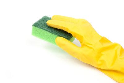 Schonen Sie beim Putzen Ihre Hände.