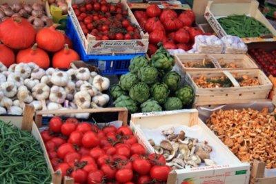 Frische und Geschmack von Gemüse testen.