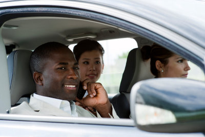 Fahrgemeinschaften können helfen, Geld einzusparen.