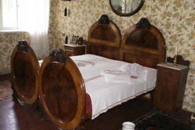 Bauen Sie ein Bett mit Mittelbalken.