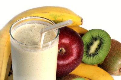 Mixen Sie sich einen Bananen-Milchshake.