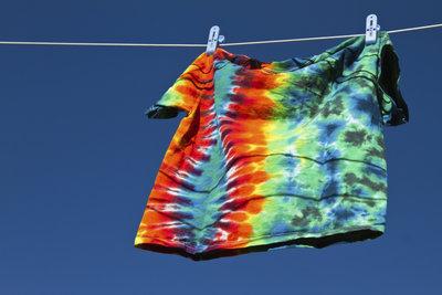 Batik-T-Shirts sind farbenfrohe Kleidungsstücke.