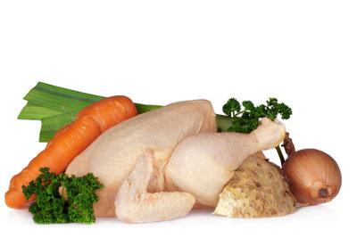Zutaten für eine Hühnersuppe.