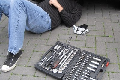 Reparieren Sie eine Ölwanne aus Aluminium.