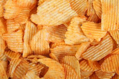 Abgelaufene Chips essen.