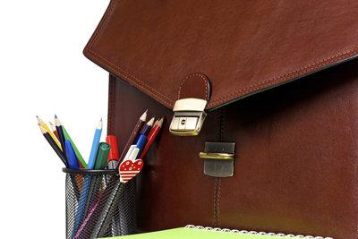 Ein Kugelschreiberfleck auf Leder lässt sich mit den passenden Mitteln leicht entfernen.