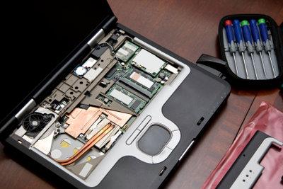 Einen Laptop zu öffnen ist einfach.