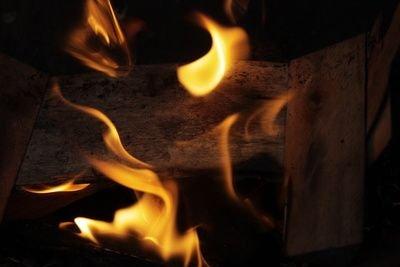 Winterfeuer verbreiten romantischen Stimmung und Wärme
