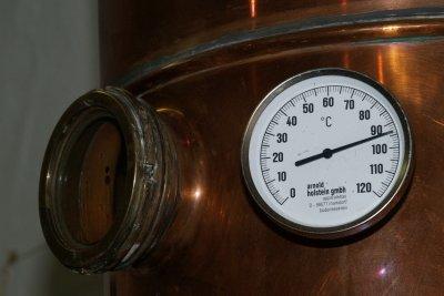 Alkoholisches Obstwasser wird destilliert