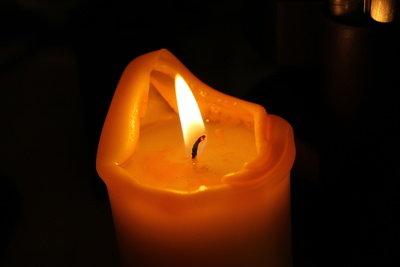 Kerzenwachs auf der Hose herausbügeln