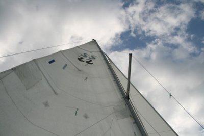 Fotogelegenheit: die Fall-Bänder hängen, das Segelboot macht wenig Fahrt