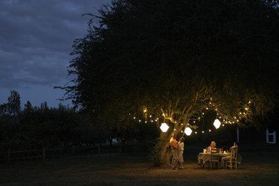 Kerzen und Lichterketten sind ein guter Birnenersatz für Lampen im Garten und auf dem Balkon.