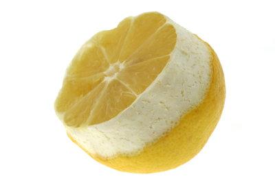 Ein Zitronenwickel hilft gegen Halsschmerzen.