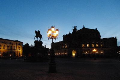 Die Semperoper in Dresden bei Nacht.