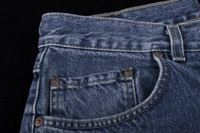 Jeans sind aus unterschiedlichen Materialien gefertigt.