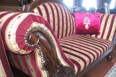 Eine alte Couch neu polstern.