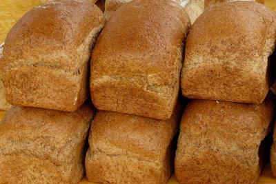 Glänzendes, doppelt gebackenes Brot.