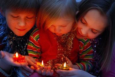 Kinder lernen den Umgang mit Feuer.