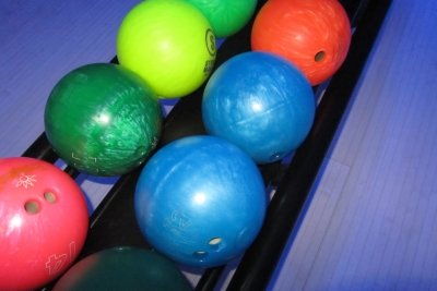 Bowlingbälle sind präzise Sportgeräte.