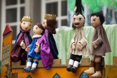 Puppenspiel fördert die Fantasie eines Kindes.
