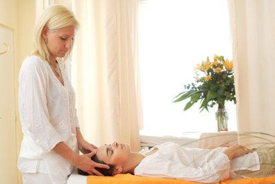 Eine Kosmetikerin muss umfassende Kenntnisse aufweisen.
